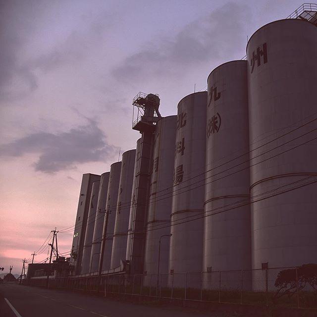 今日は港へ行ってみました。港が大きくなって、先の方まで行けなくなっている!残念!明日はもう少しはやく出て、でかい夕日を狙います。では、ごきげんよう。#イマソラ #mysky #sky #sunset #factory #port #harbor #july #hotday #summer