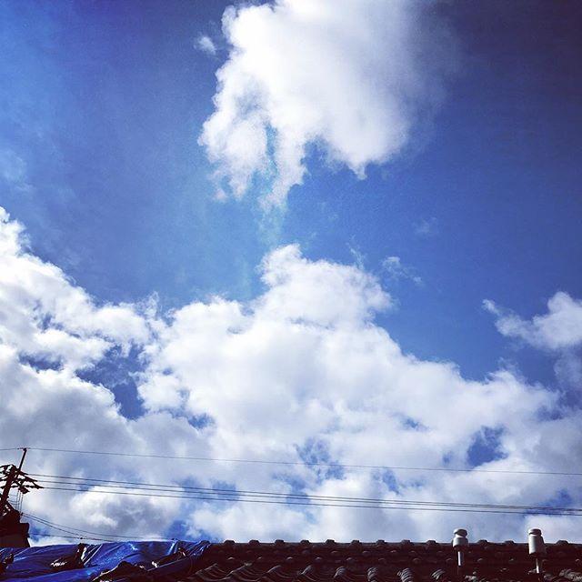 おはようおはよう。朝からすでにこの雲。今日も暑くなりそうです。無理をしない用にお過ごしくださいね。#イマソラ #mysky #sky #fine #cloud #blue #roof