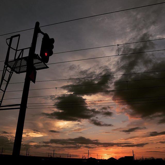 今日も暑く、よく暮れました。今帰ったので遅くなったけど #イマソラ 今日は遅くまで仕事します。またあした。#mysky #sky #fine #sunset #cloud #sun #line #railroad #signal #hotday #july #summer