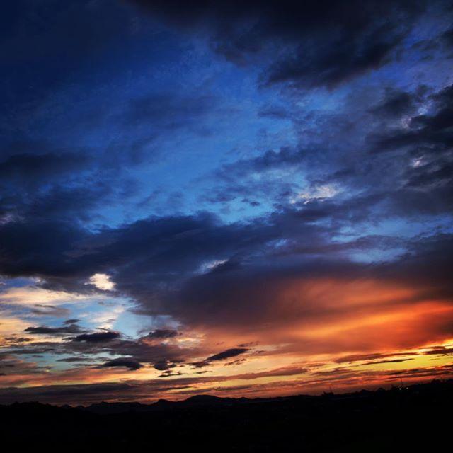今日は夕立。台風の後はドラマチックな夕方です。秋に向けての仕事もだんだん形になってきて、わくわくします。今日も少し涼しい夜、ゆっくり休んでね。#イマソラ #mysky #sky #sunset #cloud #dramatic #fine #summer #july