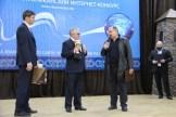 Лема Гудаев, заместитель министра Миннац Чеченской Республики, председатель Оргкомитета «Премии Ченета» вручает призы Магомеду Тахаеву