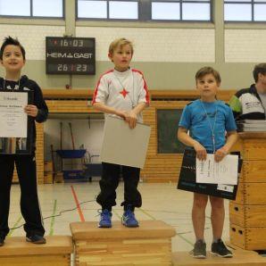 Piet (Platz 3) und Jonas (Platz 2) auf dem Podest der neunjährigen Jungen