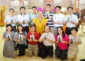 2014年4月26日、27日,在台灣雷藏寺所舉行的首屆「大專超生命活力成長營」,由真佛宗博士教授團授課,精彩成功。圖為蓮生法王盧師尊與真佛宗博士教授團合影。
