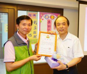 2014年4月26日、27日,在台灣雷藏寺所舉行的首屆「大專超生命活力成長營」,由真佛宗博士教授團授課,精彩成功。圖為頒發感謝狀及小禮物感謝授課的麥韻簧教授