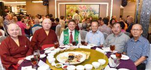 圖為陳建安會長(左3)及楊敦清先生(右3)等貴賓與法師合影p1141-15-07