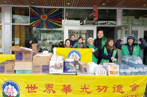 圖為溫哥華華光功德會義工熱誠服務遊民,派送熱食p1146-14-02