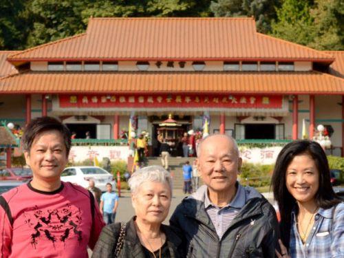 圖為曹欽盛(左)和白彥瑜(右)陪伴曹爸爸、曹媽媽參加西雅圖的大法會p1148-12-02