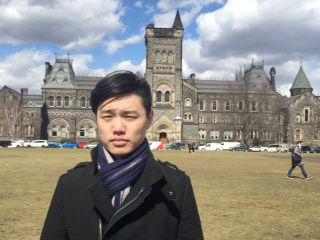 圖為林易辰攝於多倫多大學。年輕的他,擁有傲人的學歷,卻心懷故鄉,願意為保存台灣傳統文化盡心力p1153-12-01