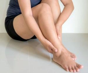 侯紹敏醫師說:下肢冰冷案例為臨床上常見的典型周邊血管疾病,主要為粥狀動脈硬化常造成下肢股動脈(大腿處的血管)、膕動脈(小腿處的血管)等部位因血管狹窄阻塞,導致血流不足的疾病。p1153-a6-02