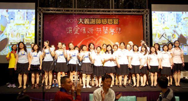 圖為謝師宴上天音雅樂及陽光舞供團表演供佛p1154-06-05