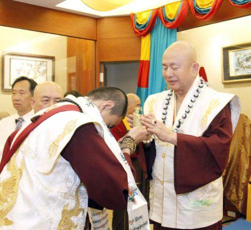 圖為師尊加持主祈人吐登悉地仁波切的地藏菩薩金身p1155-02-11