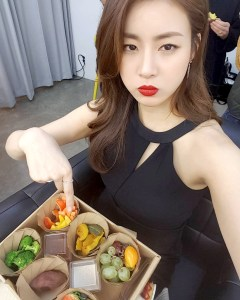 韓國女星姜素拉以火辣的身材備受憧憬,但她可不是天生瘦,而是從易水腫的肥胖體質,從健康飲食開始做起,搭配運動,造就168公分、48公斤的勻稱身材。p1155-a6-01