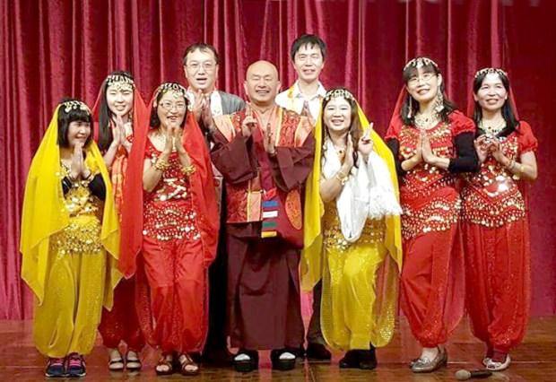 圖為師尊與表演印度舞的同門們合影 p1157-16-03