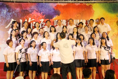 圖為「天音雅樂」合唱團表演供佛。
