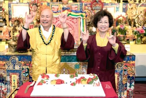 圖為師尊、師母切蛋糕前留影 p1161-01-01
