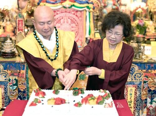 圖為師尊、師母共切慶賀蛋糕 p1161-01-02