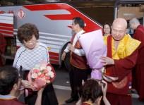 圖為善覺同修會代表向蓮生法王、蓮香師母敬獻鮮花