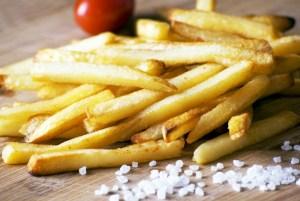 專家建議,成年人每天鈉攝取量,最好不要超過2400毫克,約6公克的鹽。  p1161-a6-04