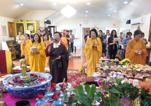 圖為助教帶領唱誦浴佛讚偈 p1162-14-02