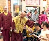 圖為蓮生法王慈悲加持善信佛子