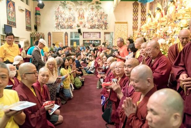 圖為善信佛子跪求加持