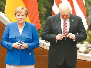 出席七大工業國高峰會的領袖準備拍攝大合照時,美國總統川普低頭整理西裝,旁為德國總理梅克爾。 p1163-a4-01a