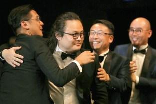 邱陽獲獎,同行成員開心祝賀
