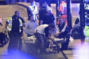 救護人員在倫敦橋上救護傷者 p1164-a1-03d