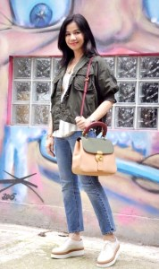 林心如和鍾楚紅都愛DK88包款 鍾楚紅也揹著DK88逛香港舊街區,一身休閒穿搭,被說像是女學生般青春。 p1164-a6-02c