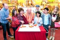 圖為師尊、師母與家人切賀壽蛋糕。