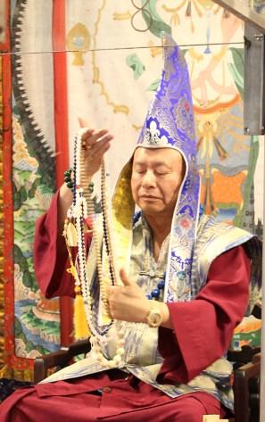 2017年6月25日下午,美國西雅圖彩虹雷藏寺恭請當代法王根本上師蓮生活佛盧勝彥主壇「喜金剛護摩大法會」,四眾佛子善信嘉賓熱烈護持。圖為師尊手拿唸珠準備轉珠明。