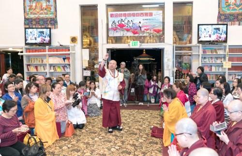 2017年6月17日晚間,美國西雅圖雷藏寺恭請當代法王蓮生活佛盧勝彥主持蓮花童子同修會,四眾弟子齊聚。圖為師尊做總加持。