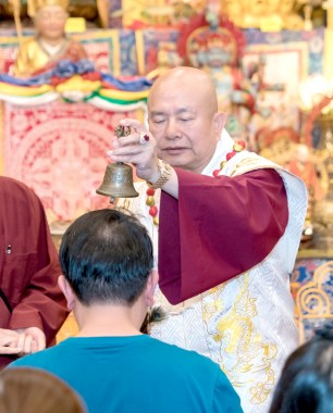 2017年6月17日晚間,美國西雅圖雷藏寺恭請當代法王蓮生活佛盧勝彥主持蓮花童子同修會,四眾弟子齊聚。圖為師尊賜授皈依灌頂。