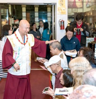 2017年6月17日晚間,美國西雅圖雷藏寺恭請當代法王蓮生活佛盧勝彥主持蓮花童子同修會,四眾弟子齊聚。圖為師尊慈悲加持善信佛子。
