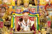2017年6月17日晚間,美國西雅圖雷藏寺恭請當代法王蓮生活佛盧勝彥主持蓮花童子同修會,四眾弟子齊聚。圖為師尊金剛鈴、鼓做迴向。
