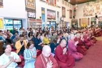 2017年6月17日晚間,美國西雅圖雷藏寺恭請當代法王蓮生活佛盧勝彥主持蓮花童子同修會,四眾弟子齊聚。圖為四眾弟子虔心共修。