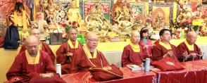 2017年7月1日晚間,美國西雅圖雷藏寺恭請蓮生法王盧勝彥主持週六會同修,同修本尊是西方極樂世界教主阿彌陀如來,善信護持。圖為坐於大殿虎邊護持的上師團。