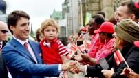 加國歡慶150年國慶 總理杜魯道與現場熱情的民眾握手