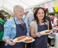 圖為貴賓國會議員關慧貞女士與食物銀行Ms.Sue Kennedy派送食物給民眾。