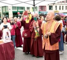 圖為師尊以圖為師尊在西雅圖雷藏寺攤位壇城加持。金剛鈴杵加持。
