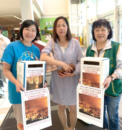 華光功德會義工們在商場籌募賑災善款 p1170-08-06