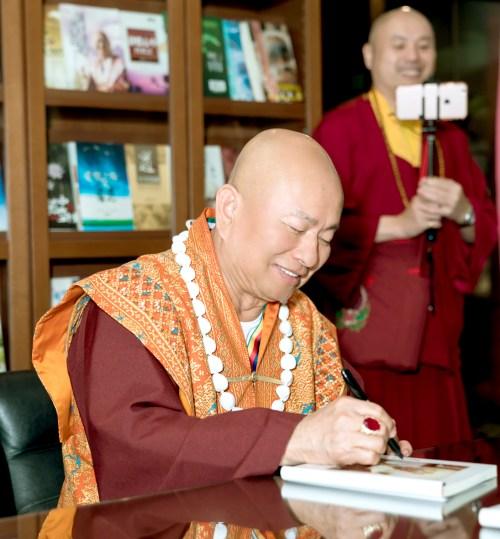 蓮生法王為善信讀者簽書賜福