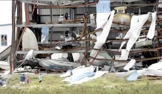 石港鎮的船舶倉庫外部毀損嚴重