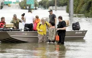 當地民眾搭乘救生筏逃離家園