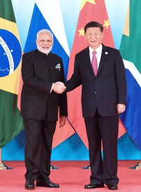 中國國家主席習近平與印度總理莫迪握手互動
