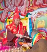法會前,舉行在家菩薩戒儀式。圖為受戒代表敬獻哈達。