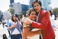 墨西哥7.1強震,災民互相安慰。