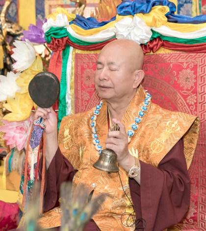 2017年9月23日週六晚間,美國西雅圖雷藏寺恭請蓮生法王盧勝彥主持幽冥教主地藏王菩薩同修會,四眾弟子護持。圖為師尊以金剛鈴、鼓做迴向。