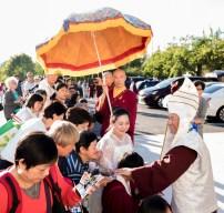 2017年9月24日週日下午三時,美國西雅圖彩虹雷藏寺恭請蓮生法王盧勝彥主壇「大白傘蓋迴遮母護摩大法會」。圖為蓮生師佛慈悲加持善信佛子。