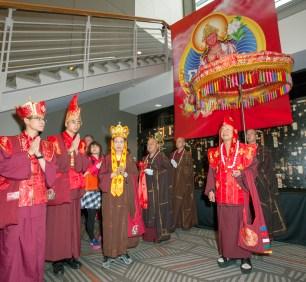2017年9月16日,美國西雅圖雷藏寺在梅登堡會議中心恭請蓮生法王盧勝彥主持秋季阿彌陀佛息災祈福超度大法會,首傳紅度母法,當日來自世界各地有逾三千名貴賓及善信大德熱烈護持。圖右為盧師尊,左為蓮香師母。
